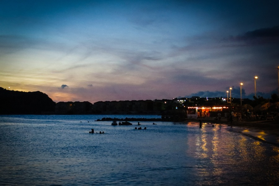 Caracasbaai strand Curacao in de avond
