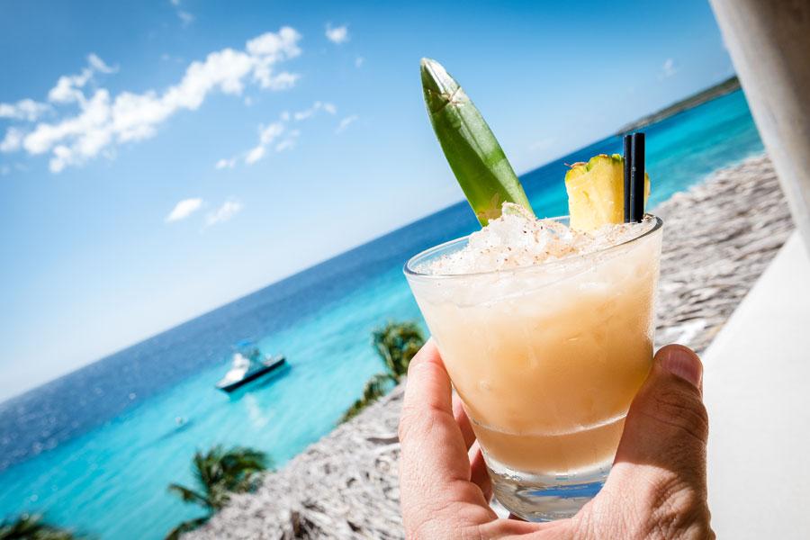 Cocktails drinken bij Koraal in Curacao