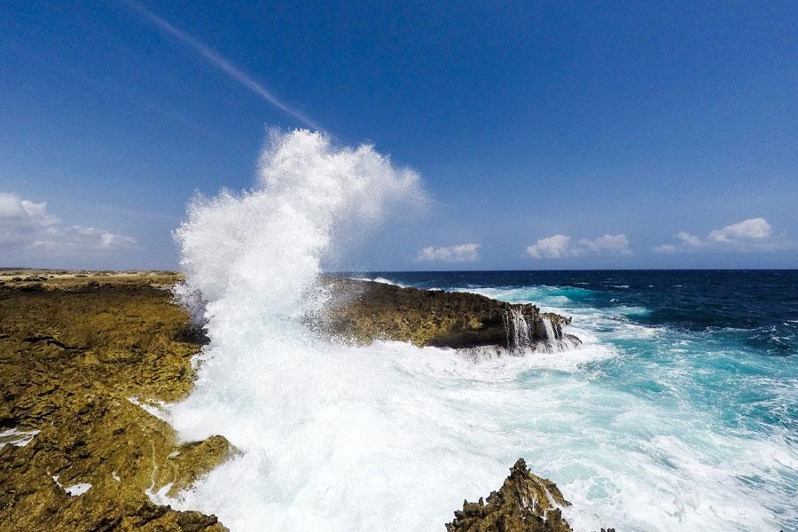 Woeste zee aan de Noordkust van Curacao