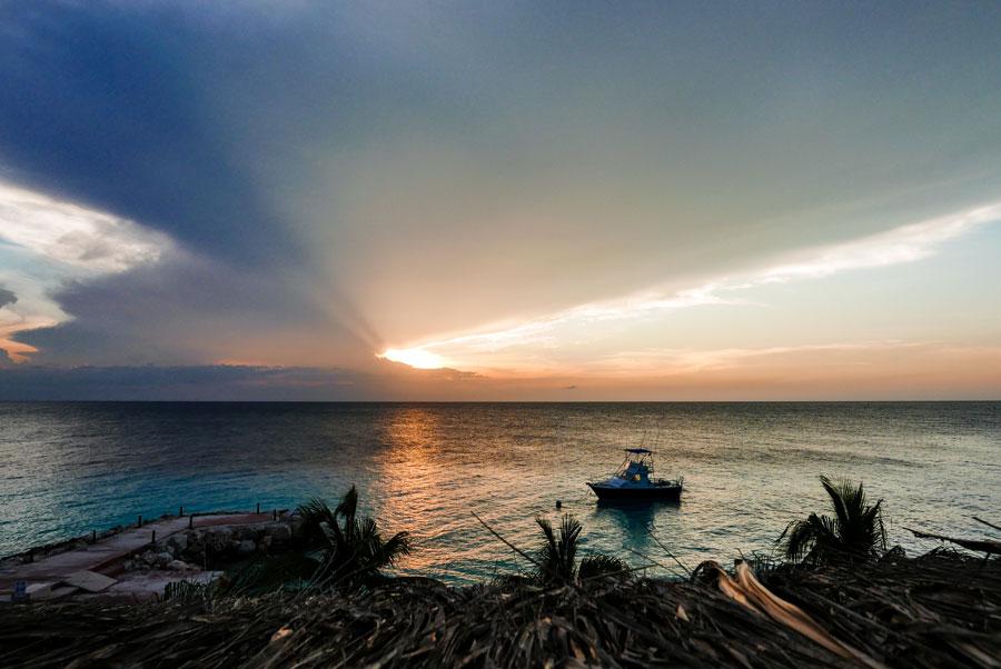 Zonsondergang Curacao tijdens het regenseizoen