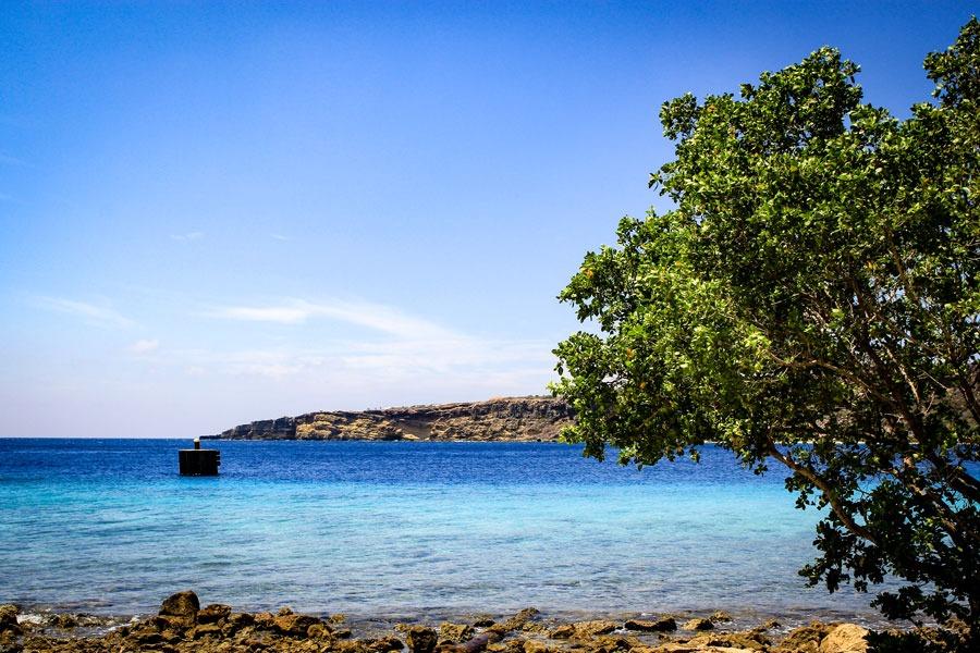De blauwe zee van Caracasbaai op Curaçao.