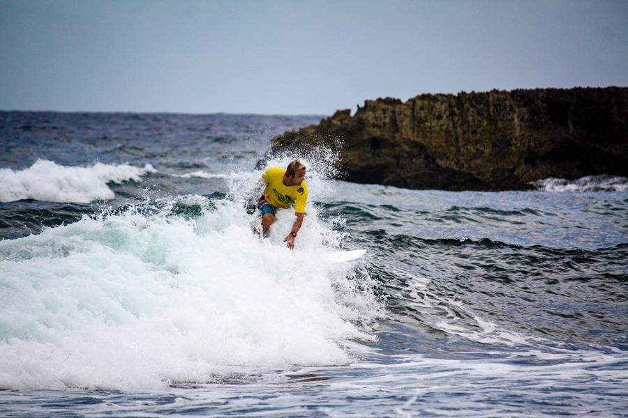 Toerist aan het surfen bij het strand Playa Kanao.