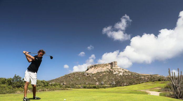 Een man die aan het golfen is bij de Oude Steengroeve op de Santa Barbara Plantage op Curaçao.