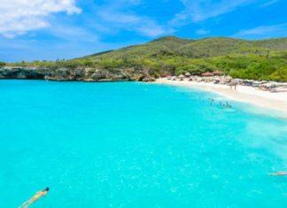 Het strand van Grote Knip op Curaçao.