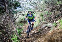 De toerist geniet van zijn mountainbiketocht door de natuur van Curaçao.